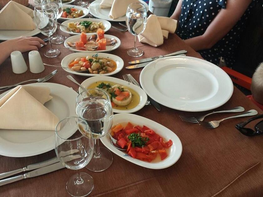 Gedekte tafel in thema restaurant